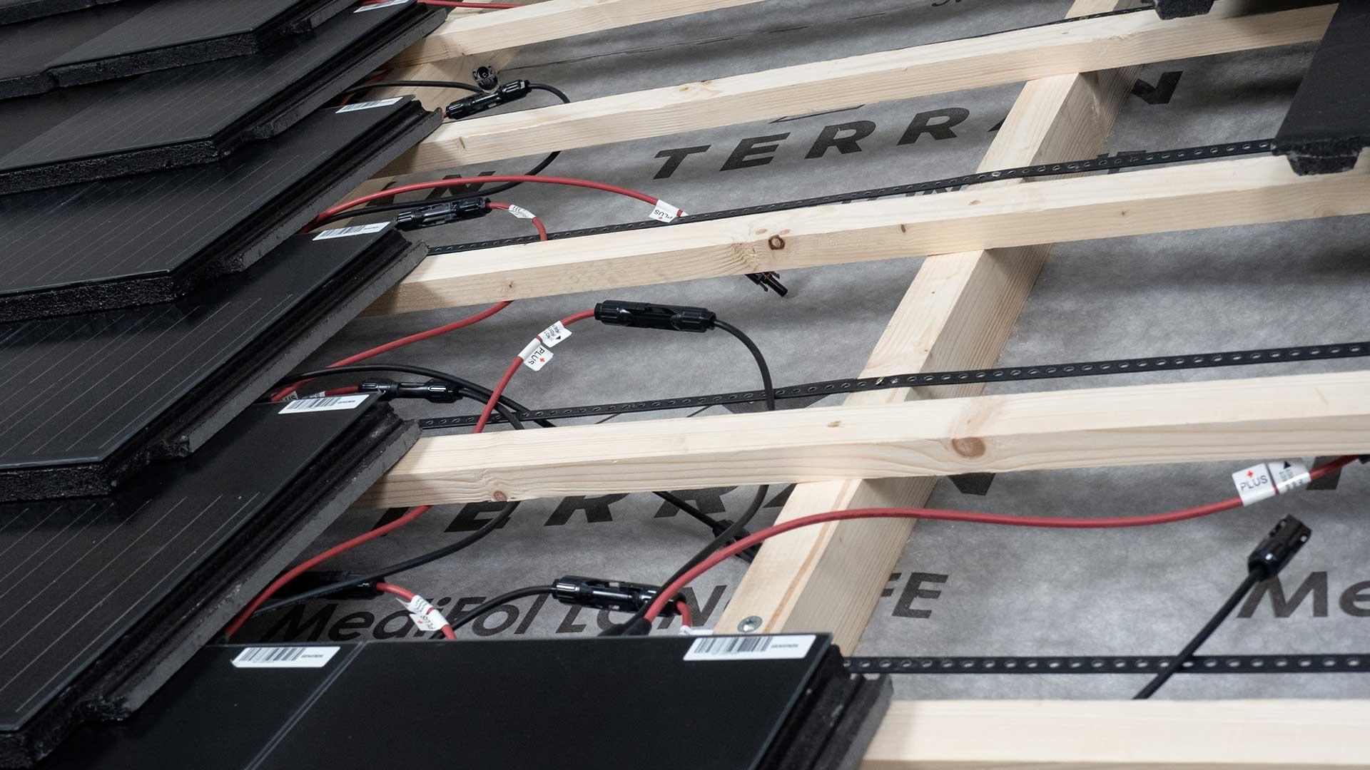Generon napelemes tetőcserép felhelyezése