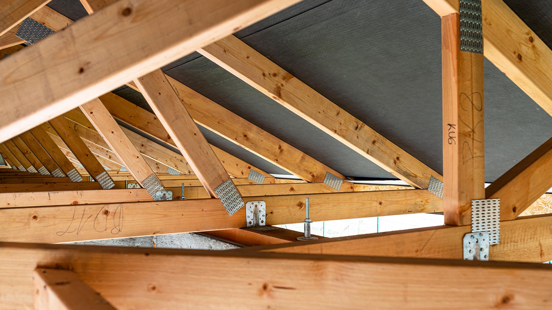 A megbízható tető építéséhez fontos a jó minőségű faanyag, a megfelelő szakember